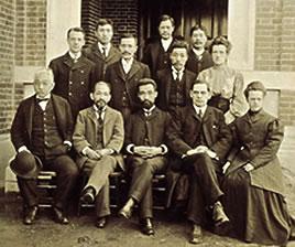 1910(明治43)頃の神学部教授陣(前列中央が吉岡)