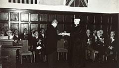 創立70周年記念式典で名誉学位を受けるベーツ元院長/1959(S34).10.30 中央講堂